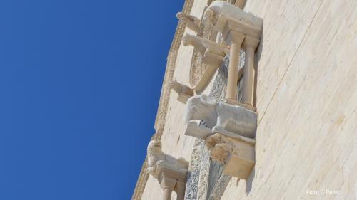 La facciata della cattedrale del Mare