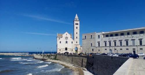 Scorcio mozzafiato la cattedrale del Mare è il faro più bello che esista