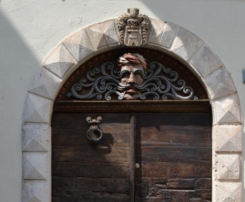 un dettaglio di un antico portone a Lovran