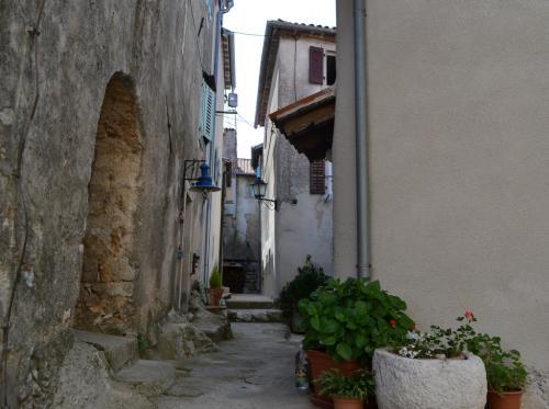 Il borgo silenzioso e le viuzze strette di Moscevice vecchia