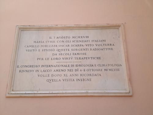 La targa in memoria della Visita di Marie Curie (1918) alla Sorgente Romana dell'Albergo Regina Isabella di Lacco Ameno