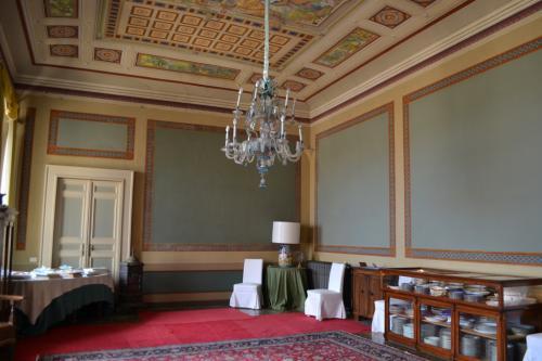 Il salone da ballo e la collezione di maioliche di stile napoleonico
