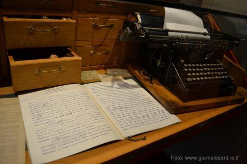 la sua macchina da scrivere (Foto: @giornalesentire)