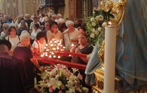 la devozione popolare a fine rito: una candela per un voto personale