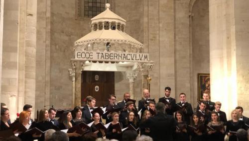 Il coro russo diretto da Alexey Puzakov si esibsce nella cattedrale di Ruvo