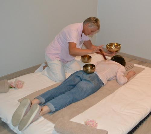 il bagno di suoni con campane tibetane  utile contro l'insonnia e lo stress (foto: C. Perer)
