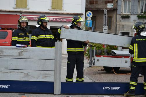 I Vigili del Fuoco al lavoro per innalzare argini a Borgovalsugana