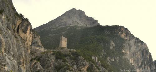Una delle due Torri di Fraele, la 'porta' verso la Valle di San Giacomo - Foto: www.giornalesentire.it