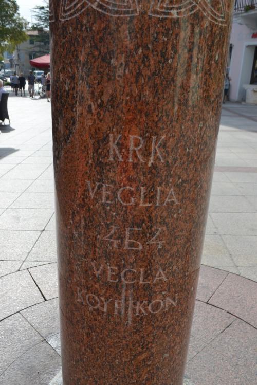 La stele nella piazza ricorda i nomi antichi di Krk