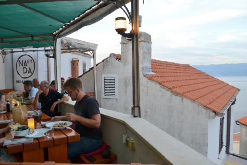 La Konoba Nada1974 a Vrbnik. Nada produce l'ottimo vino tipico: il Zlahtina da gustare con il pesce