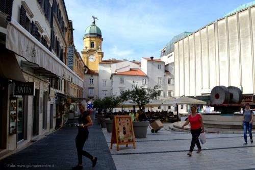 La torre di Leopoldo e l'architettura comunista in Trg Ivana Koblera (Piazza Ivana Koblera)