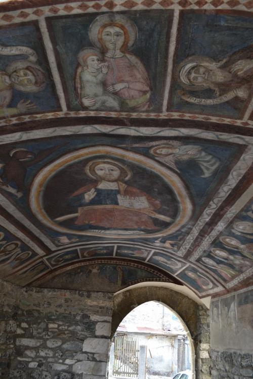 I magnifici affreschi di un volto nel centro storico