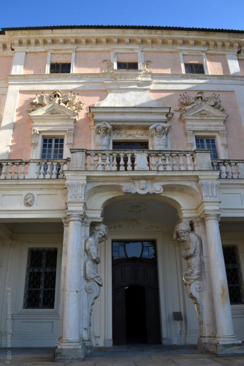 La facciata con i talemomi di una fontana della reggia di Venaria  foto: giornalesentire.it