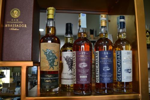 Distillati dal mondo, tra questi c'è una bottiglia da 375 euro  -  foto C.Perer