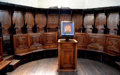 Il coro in legno intarsiato (fotoservizio: www.giornalesentire.it)