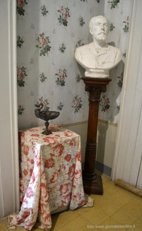 Un piccolo corridoio pieno di ricordi, con arredi dalle nuances tenere: dalle pareti alla tovaglia che ingentilisce il tavolino (foto C.Perer)