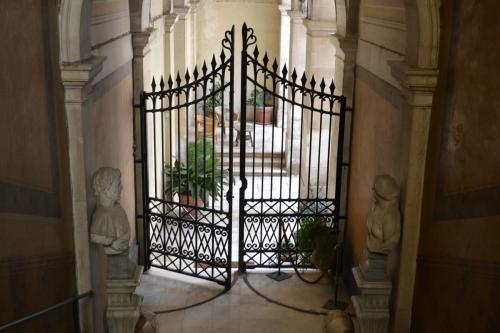 Una cancellata separa il celebre Museo Nazionale Jatta di Ruvo di Puglia dalla dimora degli eredi (Foto: C.Perer)