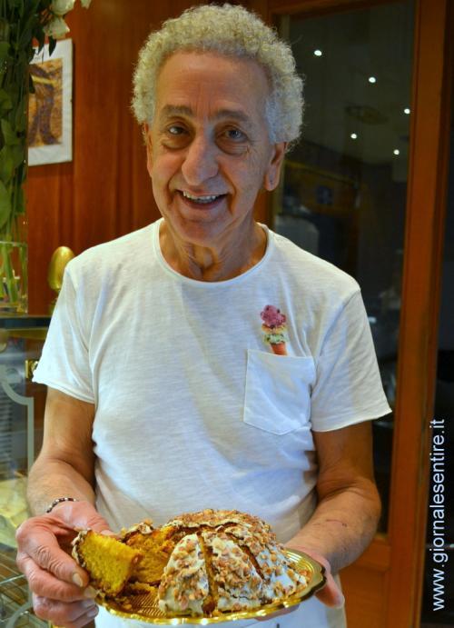 Riccardo Civita, mastro pasticciere con il suo Mastromandorlo - foto C.Perer