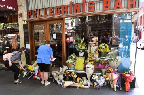 mazzi di fiori davanti al locale di Sisto