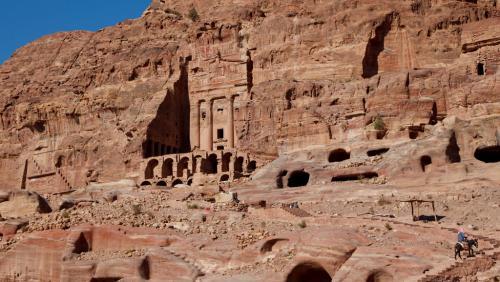 Innumerevoli i tesori da visitare dentro la vallata di Petra, magari in sella ad un asino