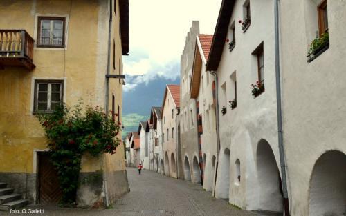 La cinta muraria di Glorenza, di cui si ha citazione attorno al 1304, è l'unica fortificazione cittadina del Tirolo conservata nella sua interezza