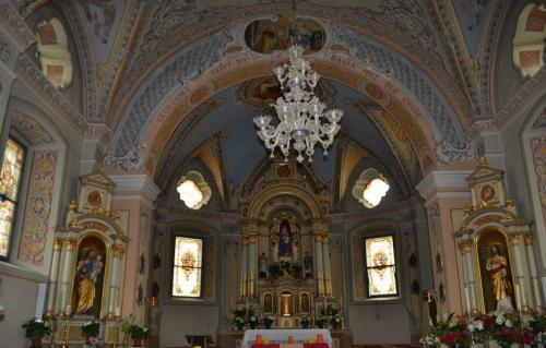 la piccola chiesa Refugium Peccatorum eretta in stile neo-romanico, co campanile gotico e interni neo-barocchi