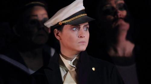Voce duttile e adatta anche ai ruoli maschili. Serena Gamberoni in ''Un ballo in maschera''