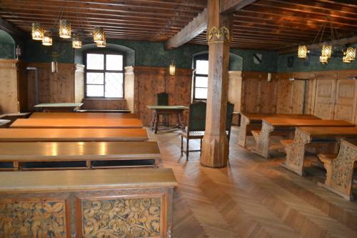 L'antica Sala Consiliare, una stube in legno tutta intarsiata dove oggi si celebrano i matrimoni civili