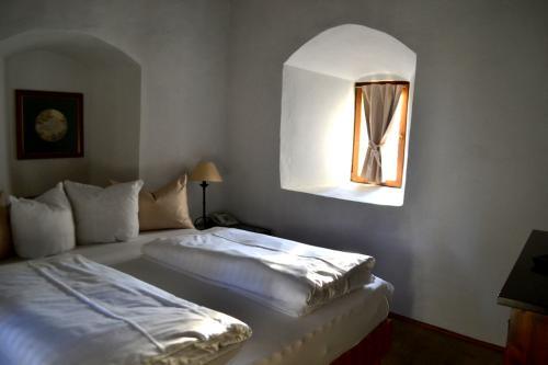 Lusso discreto: una delle camere nella torre dell'antico Goldener Engl (foto www.giornalesentire.it)