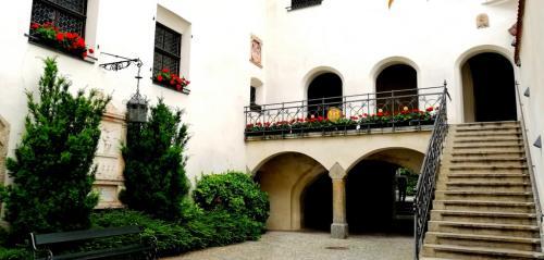 La scalinata di accesso al Municipio (foto www.giornalesentire.it)