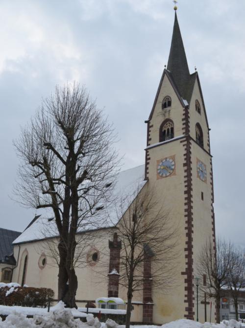 Il piccolo paese ha una chiesa apparentemente senza ingresso o con il campanile al posto della porta.