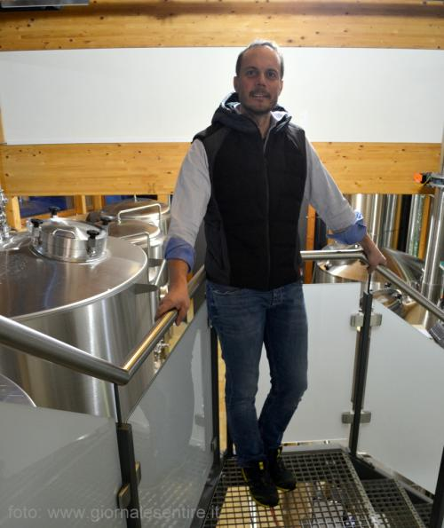 Alois Planner nella sala cottura della Loncium Beer