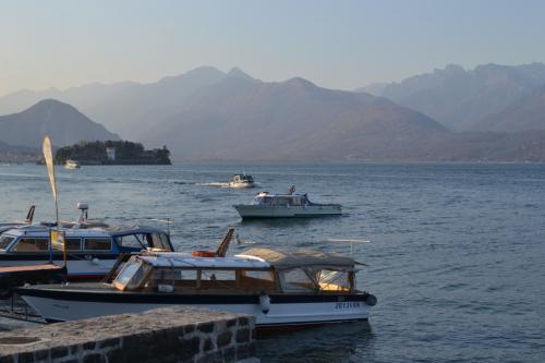 Il via vai di Barche a motore verso l'isola bella meta di molti turisti (foto giornalesentire.it)