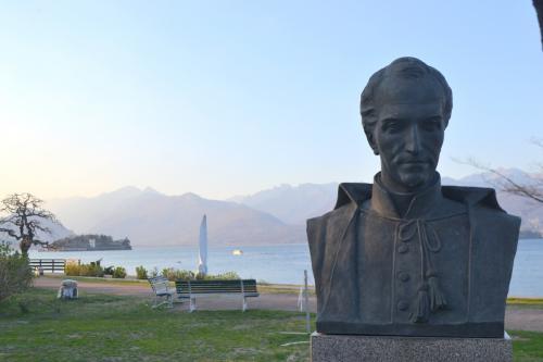 Il busto sul lungo lago davanti a Villa Bolongaro (foto giornalesentire.it)