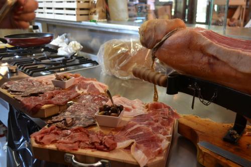 All' Antica Norcineria Bellandi prodotti della gastronomia di Garfagnana