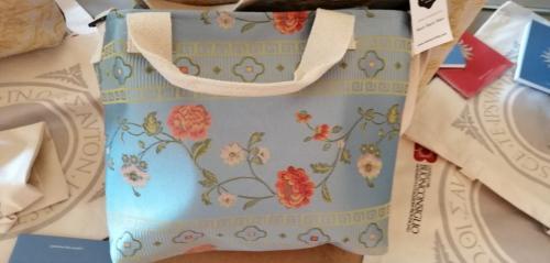 Le borse in tessitura come omaggio alla mostra