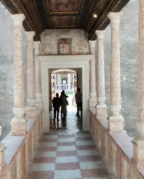 Visitare la mostra consente anche di ammirare  il riordino complessivo dei percorsi del Castello
