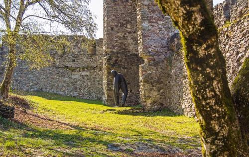I ''Viandanti'' di Lois Anvidalfarei a Castel Pergine