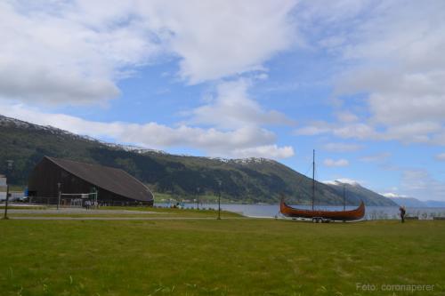 Per ricostruire a grandezza naturale il relitto serviva uno spazio: l'hangar è stato appositamente costruito dal Comune di Nordfjordied e oggi è l'Information Center Sagastad