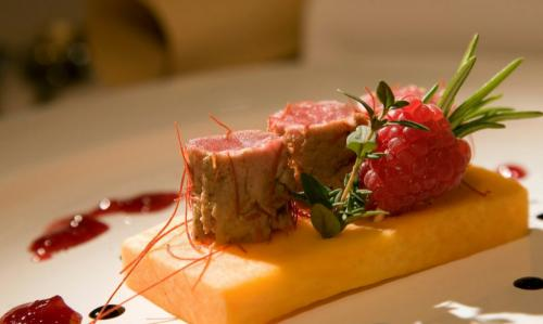 L' ottima gastronomia tirolese che abbina le erbe (in questo caso il timo e il rosmarino) alla carne e alla frutta su una polentina di mais giallo