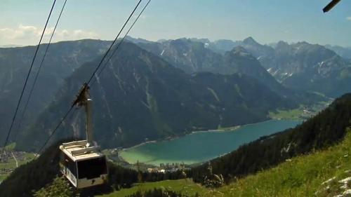 Con gli impianti di risalta si raggiungono le malghe in altura e da qui la vista sul lago e sulle vette circostanti è splendida