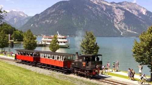 Trenino e battello, richiestissimi dai turisti  in riva al lago Achensee