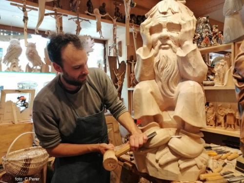 ArtigianLegno a Sottoguda: scultura in cirmolo (foto C.Perer)