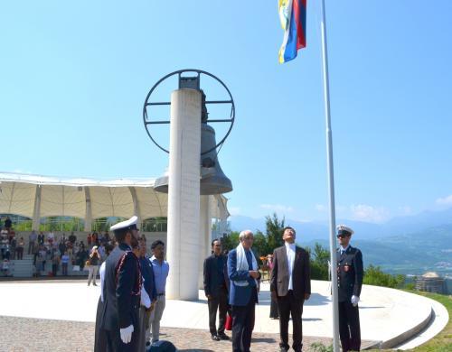 La bandiera viene issata a Rovereto, sventola a fianco della Campana dei Caduti