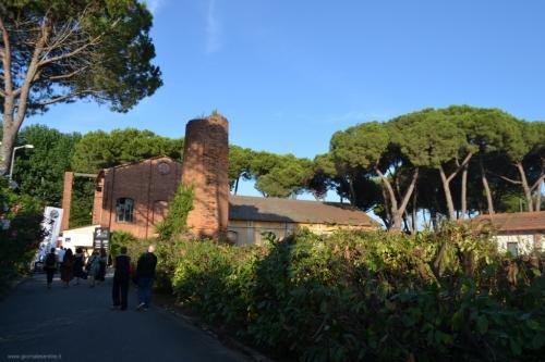 A pochi passi dalla Villa il Teatro dove si tiene ogni anno il Festival Pucciniano