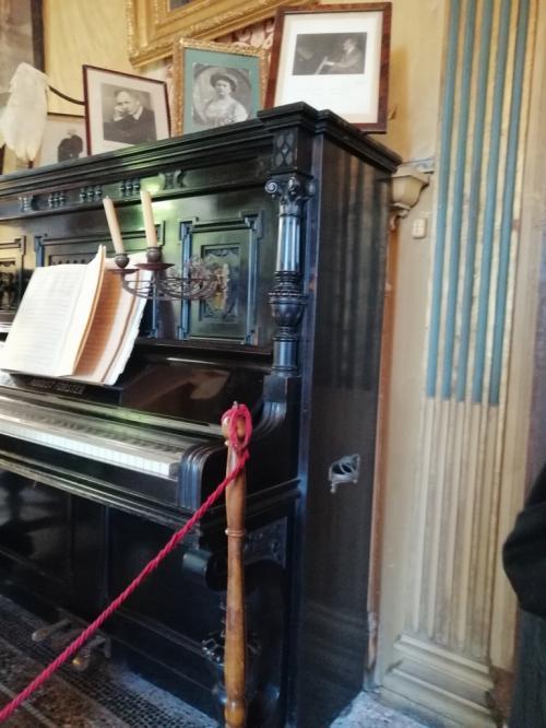 Nella parete dietro il pianoforte ci sono le spoglie di Puccini: il maestro e la musica riposano insieme (foto corona perer)