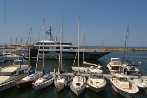 Viareggio oggi si è convertita nrl maggiore cantiere navale per yacht di lusso, un tempo trasportava il marmo delle Alpi Apuane