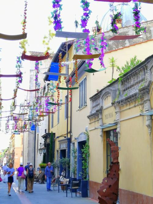 Pietrasanta incanta con le sue viuzze fiorite piene di boutiques, gallerie e...osterie (foto www.giornalesentire.it)