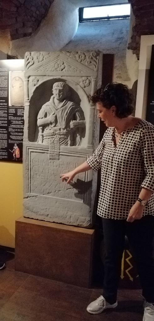 L'arch. Simona Velardi, direttrice della Domus Romana, indica il fregio del Miles di Lucca, celebrato a Strasburgo come primo cittadino della città francese