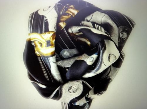 Catene, bulloni, oggetti metallici, superfici, sfumature, forme geometriche e seta sono gli elementi di questo progetto artistico.